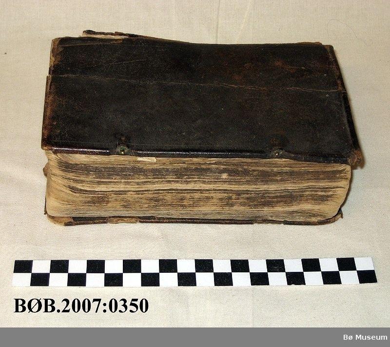 Bok med religiøst innhald. Boka har restar etter låsar.