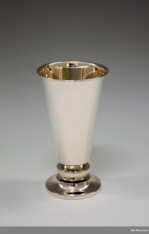 Sølvpokal uten innskrift. Stempel: 830 S (Merke: Aksel Holmsen, Sandefjord) oppå foten. Foten fylt med plastmasse.