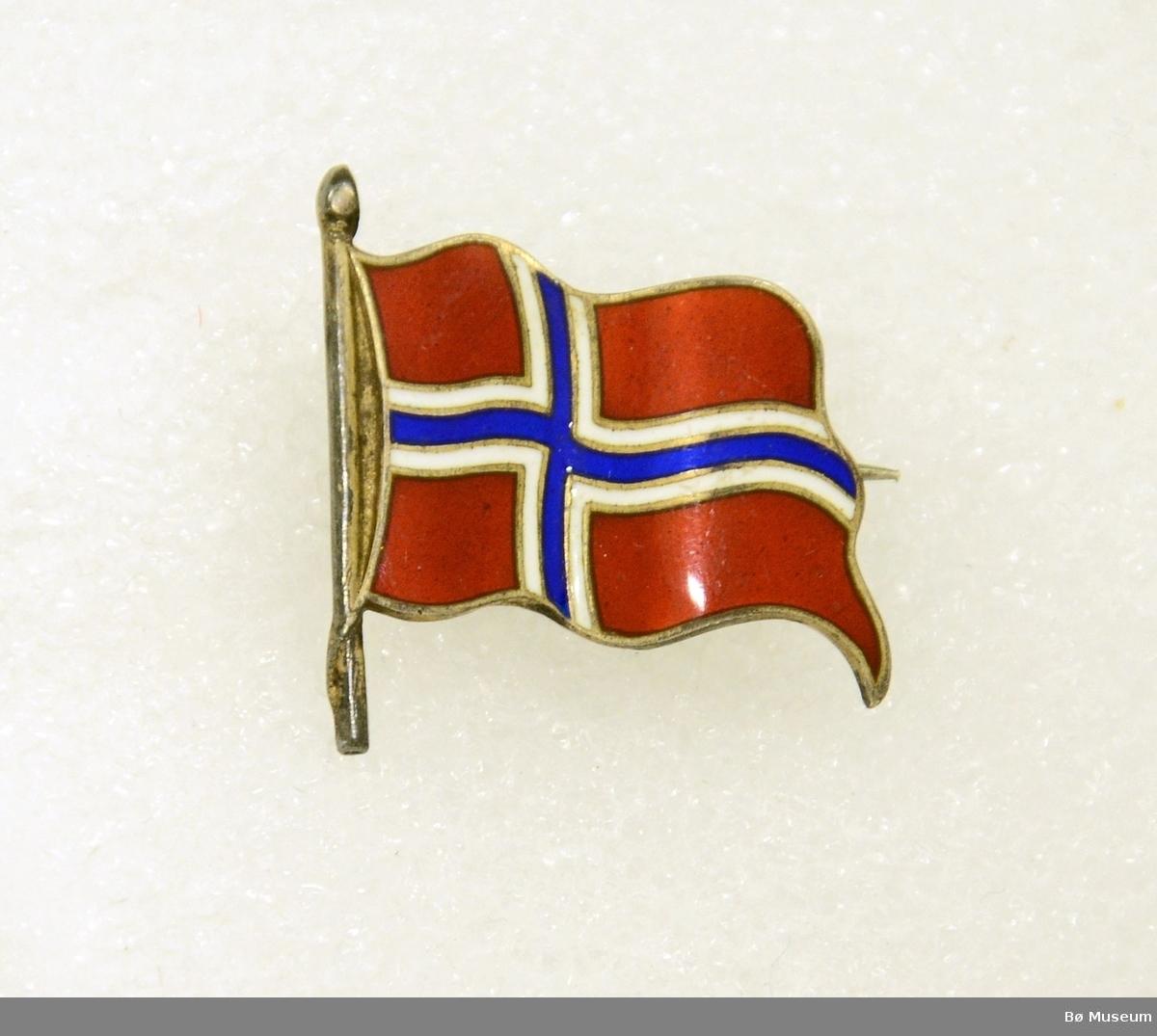 Pin - uten innskrift: Forestiller det norske flagget. I metall og emalje. Med nål bak.