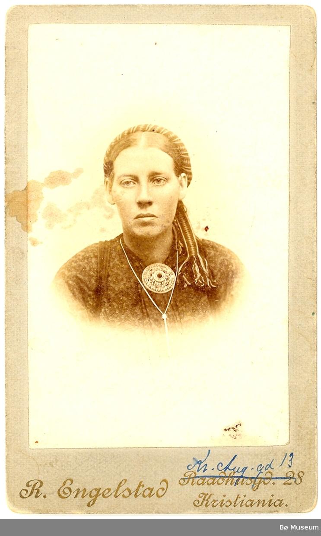 Kvinne, portrett. Kari Aagetveit