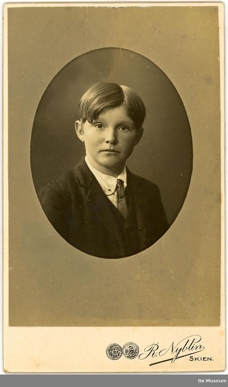 Ung mann portrett. Raukleiv  - Bråthen