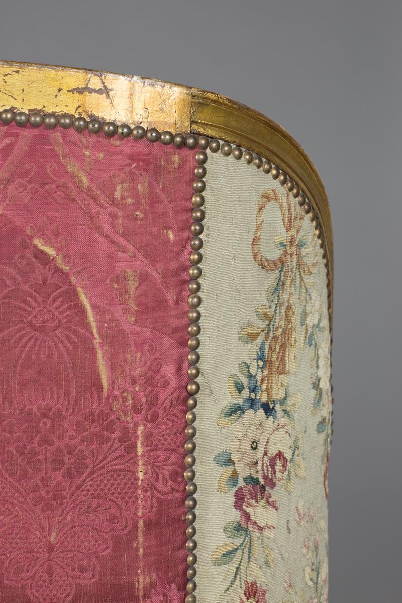 Motivet er midtstilt på ryggtrekket og omfatter en mann og en kvinne omringet av dyr. Motivet er omrammet i en oval ramme av bladverk. Rundt omrammingen finnes ulike blomster, som blant annet roser og syriner.