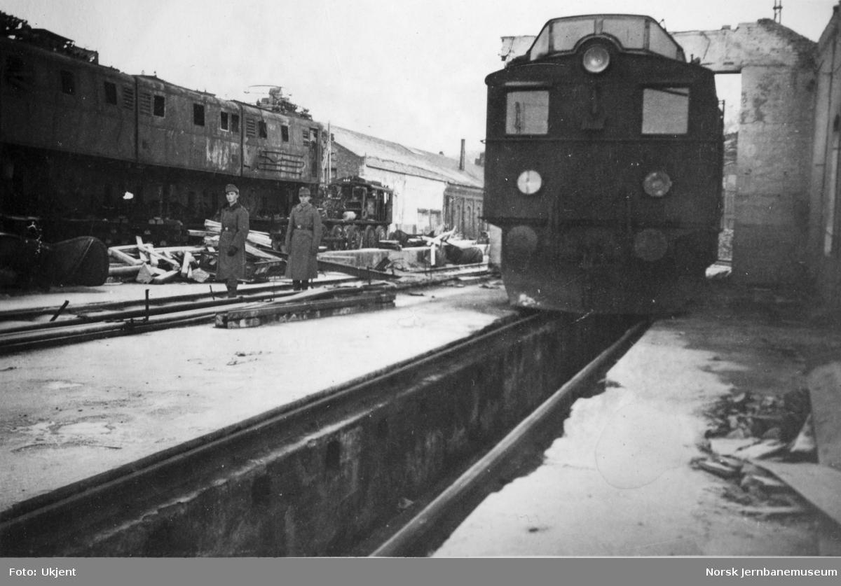 Ødelagte elektriske lokomotiver på NSBs lokstall- og verkstedområde