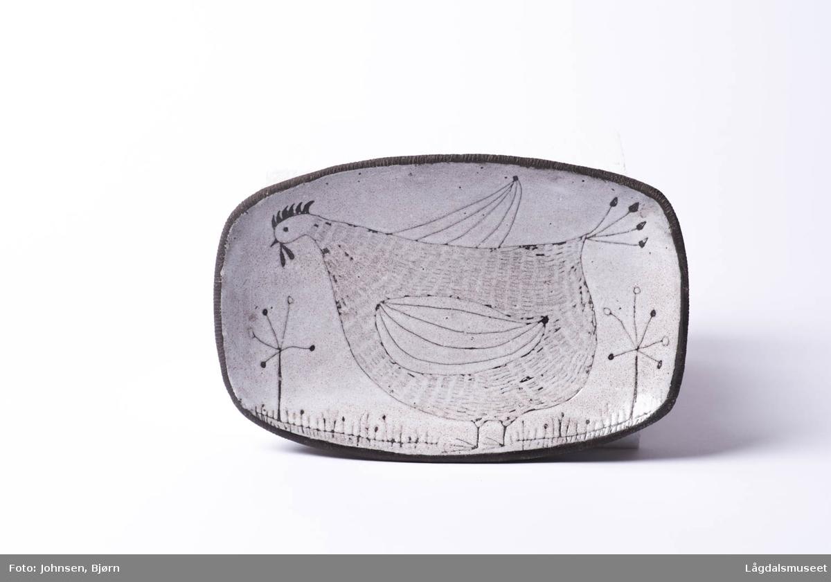 Motivet viser en høne i sgrafittoteknikk, risseteknikk.