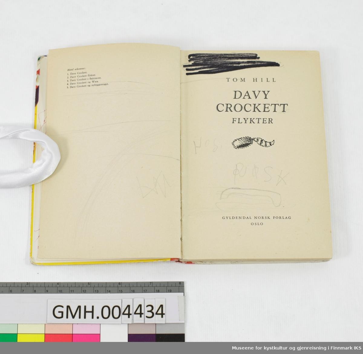 Bok: Tom Hill. Davy Crockett flykter. Gyldendal, Oslo, 1957.