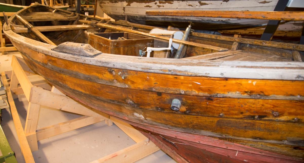 Åpen motorsnekke (opprinnelig bygd for seil) av tre. Klinkbygd med spant - eik og furu. 7 bordganger, 1 årepar, innbordsmotor.