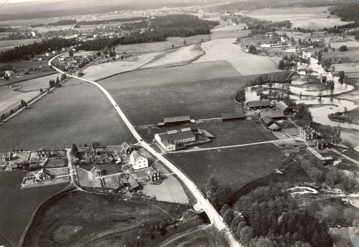 Flygfoto över Rosenfors. På bilden skymtar Rosenfors bruk, som grundades 1802, och som i dag är  verksamt  inom skärande bearbetning av framförallt järn och stål. F