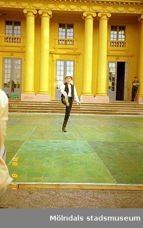 Musik- och dansarrangemang på scen framför slottet.