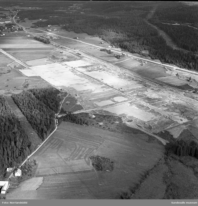 Flygfoton över bygget av Tövaterminalen. Här syns den gamla dragningen av nuvarande (2016) E14.