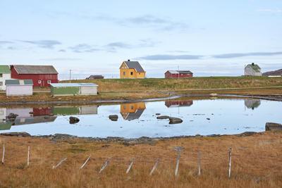 Gjenreisningshus med uthus ved lite vann i Leirpollen i Porsanger, Finnmark 2015.