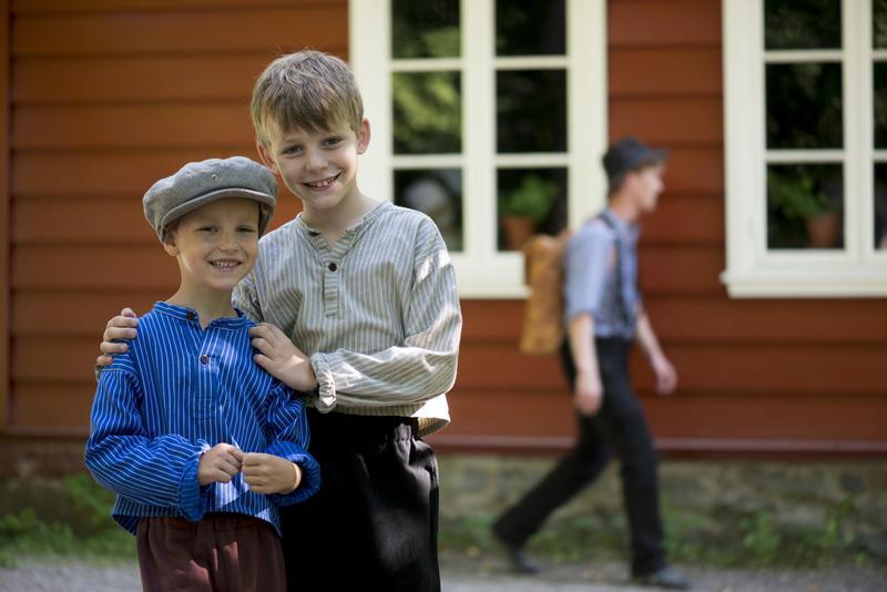 To gutter står foran skolestua