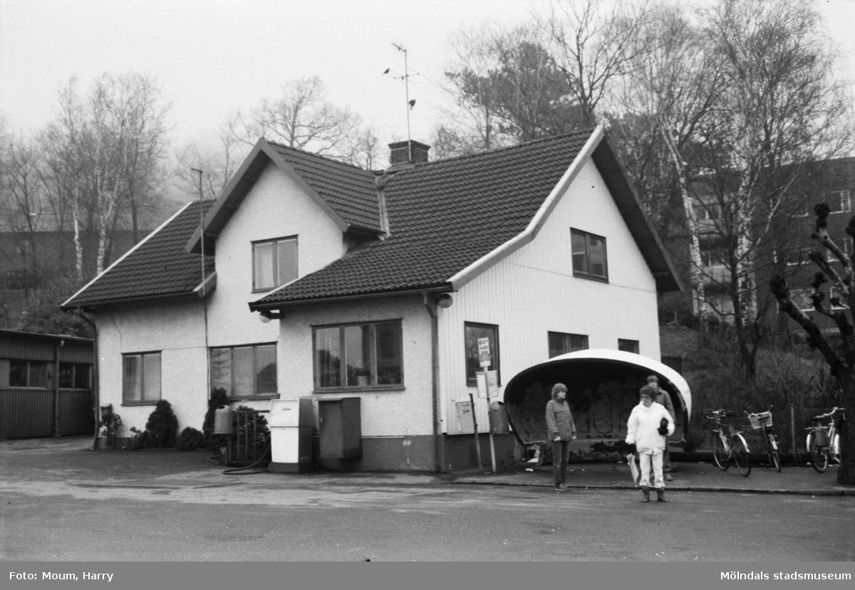 """Tufte Marias hus som inrymmer Kålleredsbussarnas kontor vid Gamla Riksvägen i Kållered, år 1984. """"""""Tufte Marias"""" hus kommer troligen att följa med flyttningen till Rävekärr.""""  För mer information om bilden se under tilläggsinformation."""