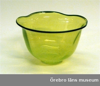 Gul glasskål med utsvängd vågformad kant med blått ytterst.