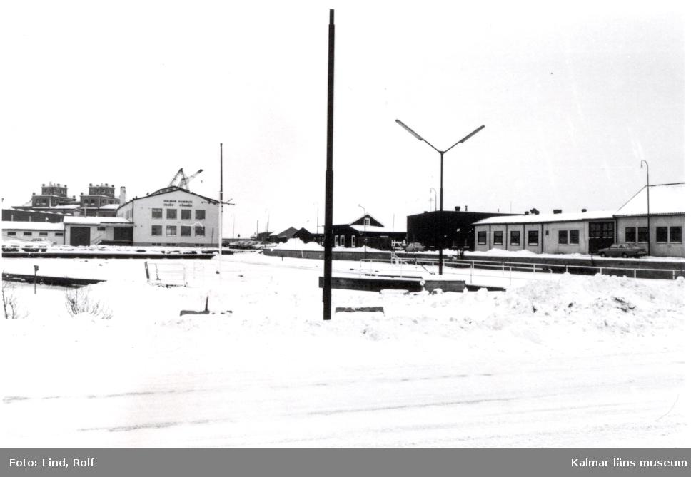 De gamla magasinsbyggnaderna i f d Ölandshamnen, numera servicebyggnader för gästhamnen.