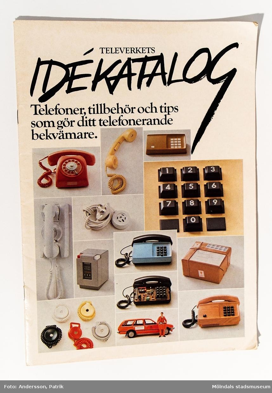 """Reklambroschyr: """"TELEVERKETS IDÉKATALOG Telefoner, tillbehör och tips som gör ditt telefonerande bekvämare."""", utgiven av Televerket 1982."""