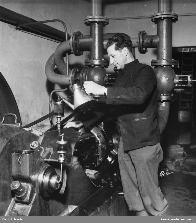 En mann ved kompressor, trolig på Verkstedet Marienborg