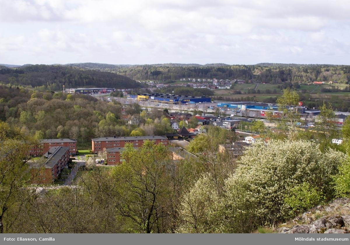 Vy från Brattåsberget mot IKEA Kållered (blå-gult i bild). Idag har detta köpcentrum växt åt alla håll. Det röda bostadsområdet, till vänster i mitten, är Vommedalsområdet. I fonden snett bakom/ovanför IKEA ser man också de nya bostadsområdena i Heljered.
