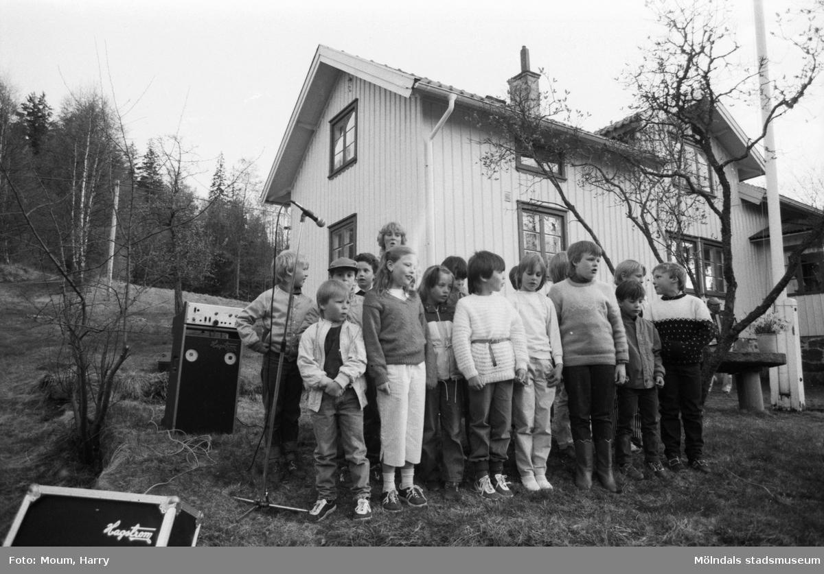 Almåsgården och Lindome hembygdsgille anordnar sommarkafé på Börjesgården i Hällesåker, år 1984. Elever från Hällesåkersskolan sjunger vårsånger.  För mer information om bilden se under tilläggsinformation.