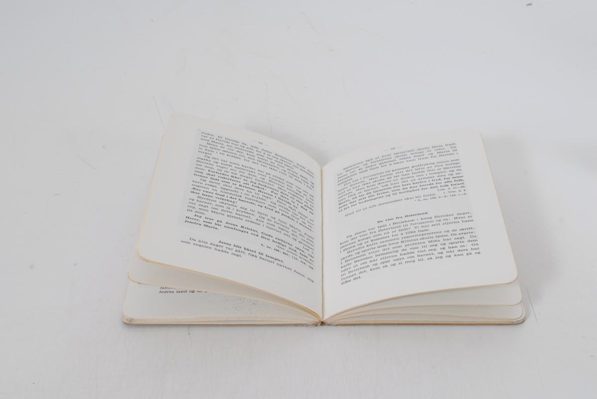 en åpen bibel som det skinner lys på fra oven