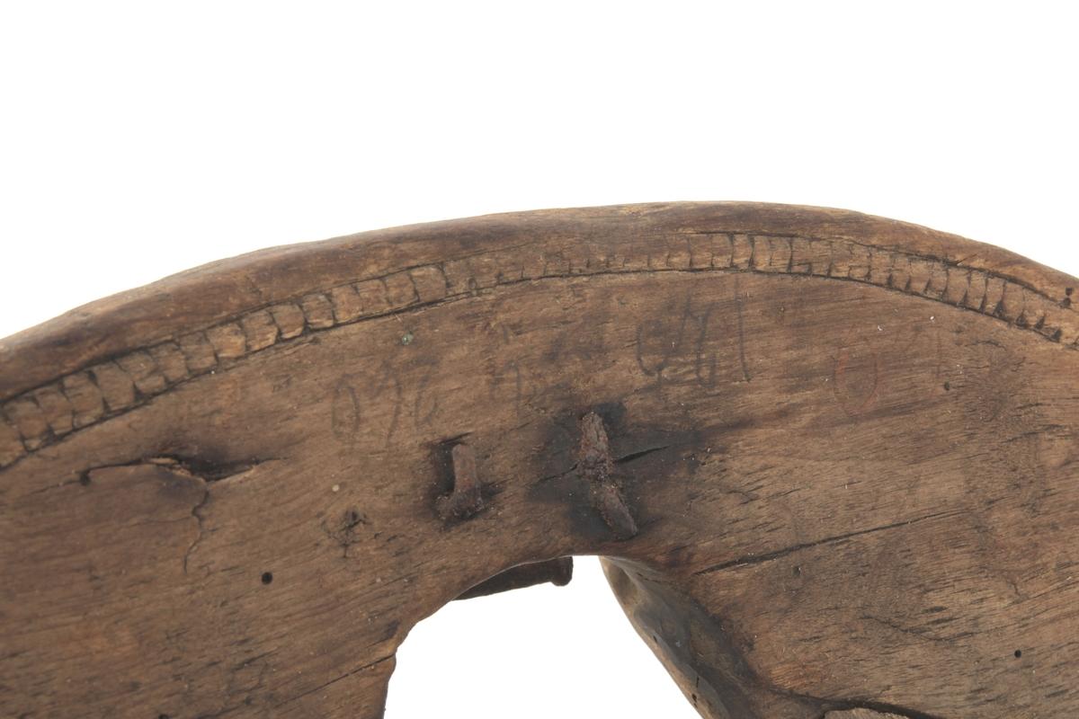 Kløvsal med buet fremkarm og dekorerte kanter.
