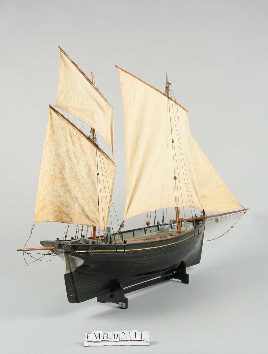 Modell av fiskekutter med rigg.