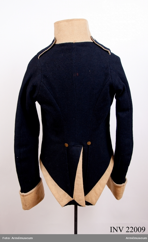 Grupp C I. Ur uniform för manskap vid Konungens eget värvade reg. Består av jacka, byxor, skärp, tschakå, sultan, pompong, kordong, halsduk, skor, damasker, patronkök, bandolärrem. Modellexemplar. Rest av trådar till modellapp /G Adler.