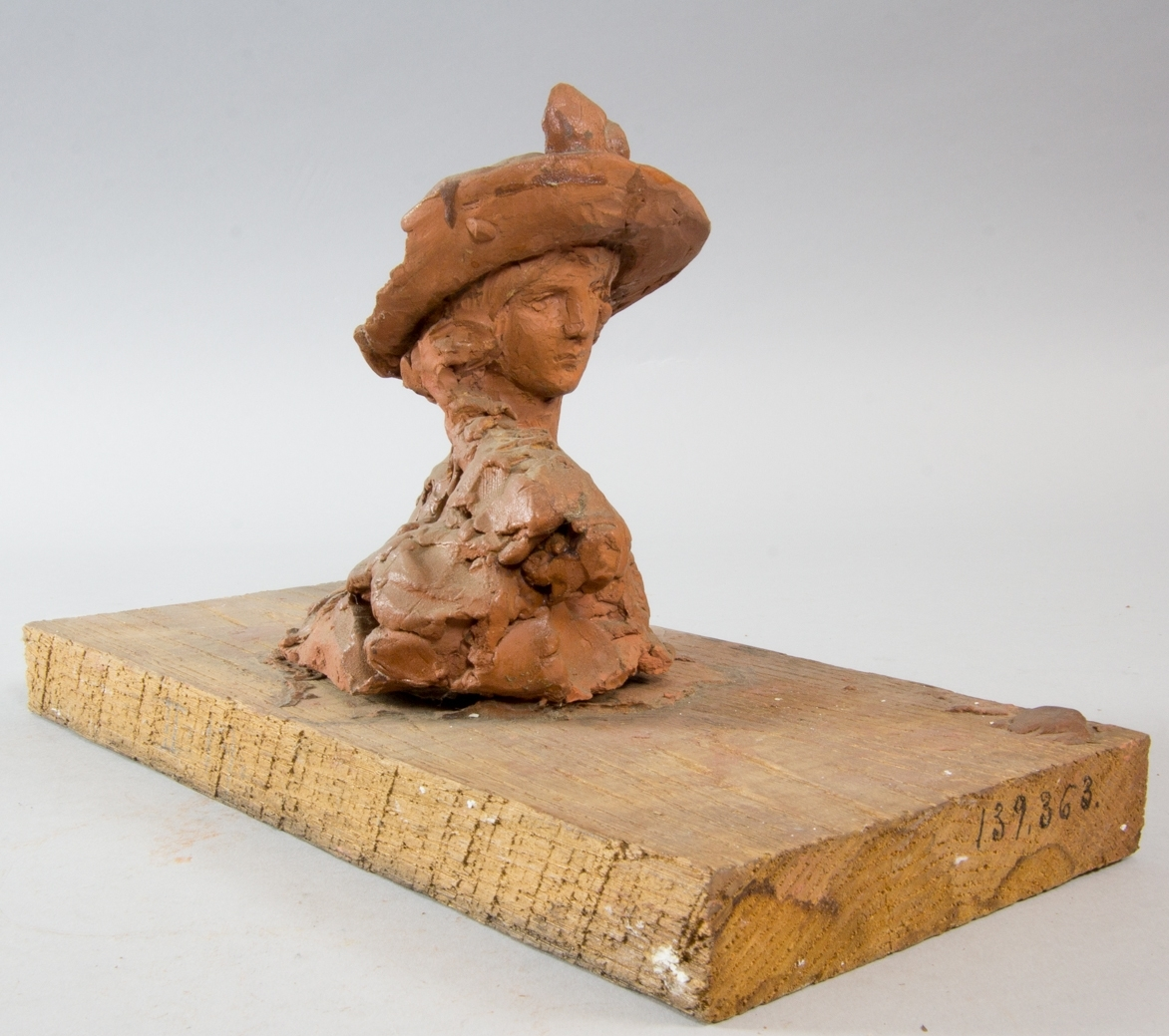 Herdinna, bröstbild, klädd i bredbrättad hatt.