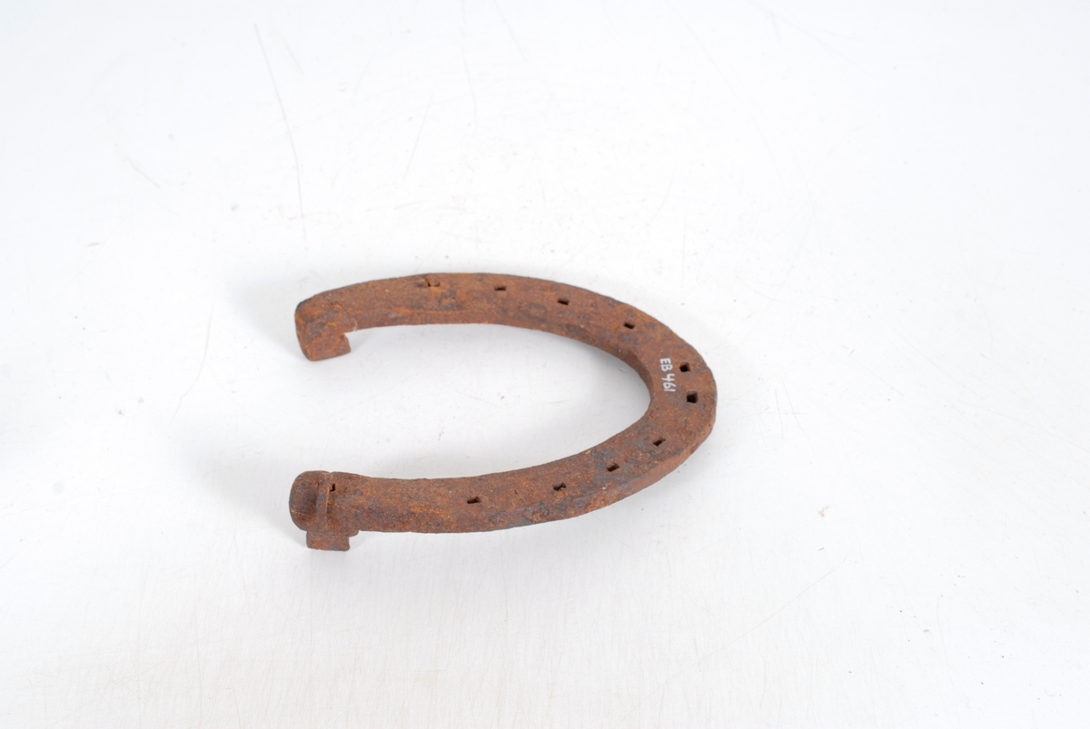 Form: Sømrand rundt m/8 hull for søm.