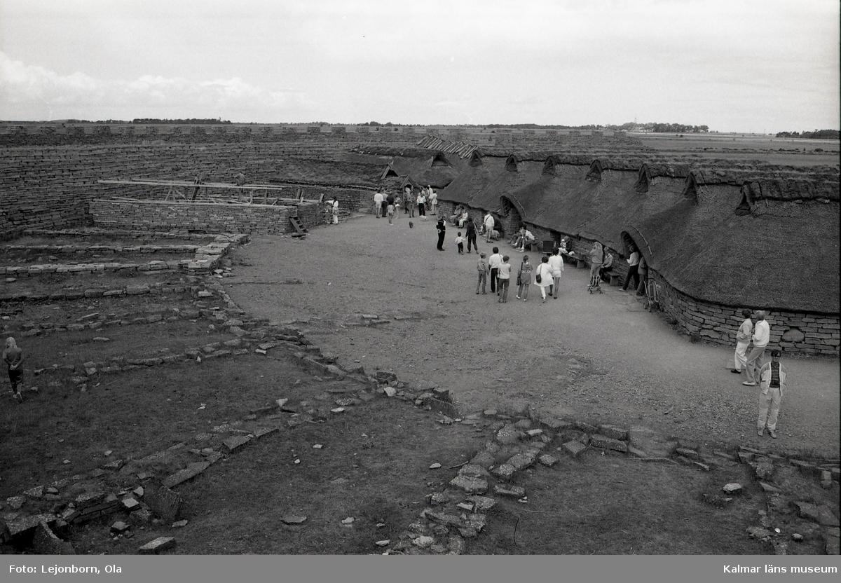 Eketorps borg.  Eketorp uppfördes av den ursprungliga järnåldersbefolkningen runt år 400 e.Kr. - under en period då de bosatta hade nära band till Romarriket. En teori är att ringborgar vid den här tiden var en religiös samlingsplats där ceremonier utfördes. Samtidigt skyddade befästningen lokalbefolkningen när fiender invaderade. Den runda formen beror möjligen på läget. Ute på flack mark kunde anfall komma från vilket håll som helst. Det första försvarsverket mätte cirka 57 meter i omkrets. Kalksten användes, stenarna staplats på varandra. Bruk eller annat bindmedel användes inte.  På 500-talet utökades cirkeln till cirka 80 meter i diameter. Från den här tiden har man hittat ett femtiotal celler, eller mindre strukturer inom anläggningen. Vissa låg mitt i borgen och andra var inbyggda i ringmuren. Under senare delen av 600-talet övergavs borgen. Orsaken är inte känd. Borgen förblev oanvänd till tidigt 1000-tal, då den byggdes upp på nytt. Den gamla strukturen användes, med undantag för att vissa av de inre strukturerna som tidigare var i sten ersattes med timmerkonstruktioner. Dessutom restes en andra försvarsmur. Enligt arkeologer som bott i Eketorp under vinterförhållanden, kan husen uppvärmas till 25 grader genom bara att med ved elda i befintliga enkla eldstäder med rökavlopp i gavelspetsarna.  Eketorps konstruktion brukar delas in i tre olika faser:      Eketorp I (300-400 e Kr)     Eketorp II (400-700 e Kr)     Eketorp III (1000-1300 e Kr).  Idag är borgen öppen för turister och ett museum inuti borgen visar föremål påträffade vid den stora utgrävningen 1974. Besökare tas emot av guider i medeltidskläder som spelar hantverkare och handelsmän. Det förekommer också att mindre slag och andra medeltida händelser iscensätts.  (Uppgifterna är hämtade från Wikipedia)