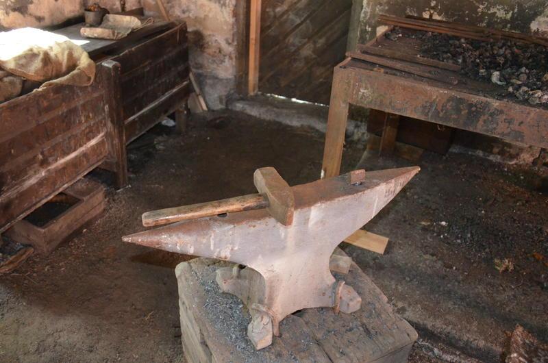 Ambolten var et av smedens viktigste verktøy. (Foto/Photo)