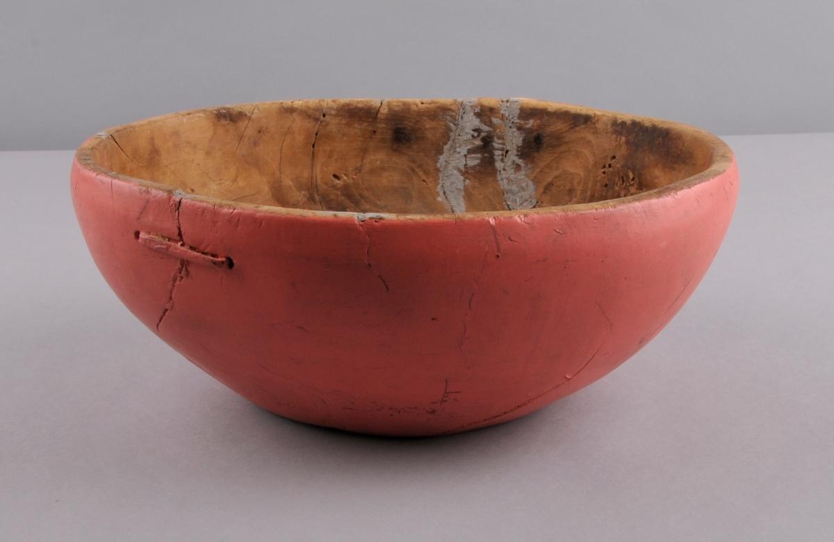 Bolle i tre, oval, med mange reparasjonar. Måla utvendig i ein rosa farge. Rissa inn ein R (truleg) under botnen.