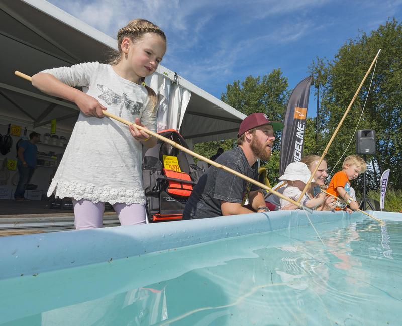 Barn i aktivitet ved kastedammen på De Nordiske Jakt- og fiskedager.