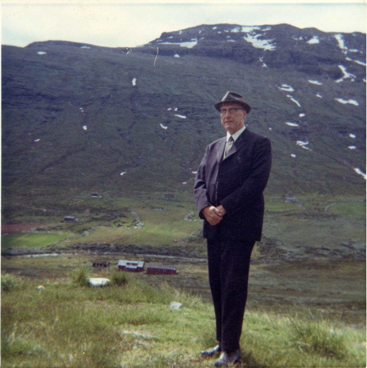Fotografi av Gudbrand A. Brager. Han står ute i et fjellområde.