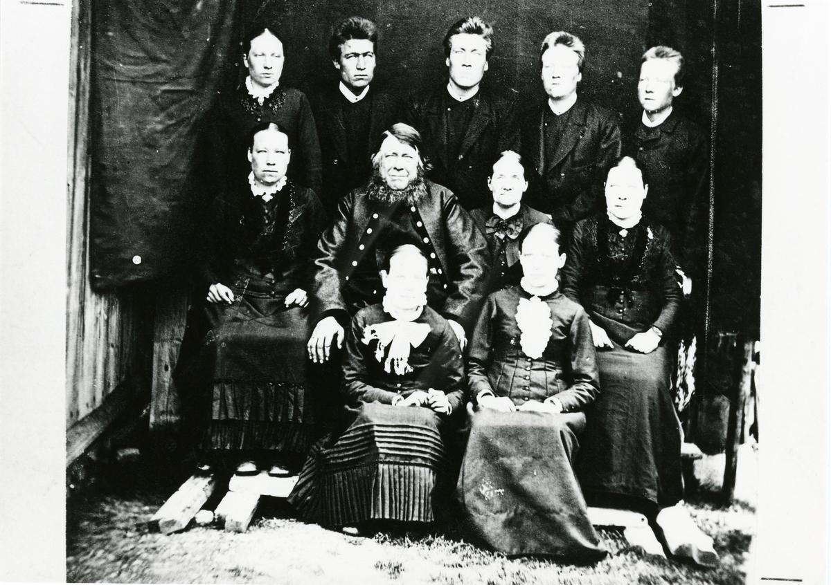 Familieportrett av Peder og Kari Storrustemoen med barna. Tatt ca. 1890.
