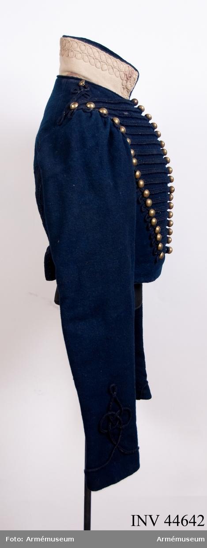 Grupp C I. Ur uniform för manskap vid Wendes artilleriregemnetes ridande  bataljon, 2 batteriet, 1815-30. Består av dolma, päls, byxor,  tschakå med plym, stövlar med sporrar, halsduk, kartusch med  kartuschrem, sabelkoppel, sabelhandrem, knutskärp, handskar.