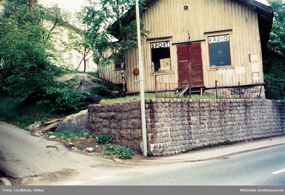 """Kvarnbygatan 29, Mölndal gamla rådhus, rådstugan (""""råsstu´n"""") i Mölndal, 1970-tal. Uppfört 1832, sedermera cykelaffär.  För mer information om bilden se under tilläggsinformation."""