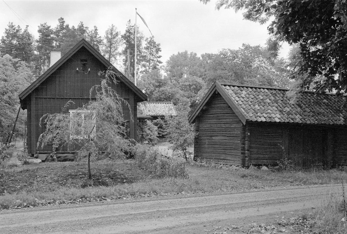 Parstuga och portliderlänga, Backa 1:12, Backa, Lena socken, Uppland 1978
