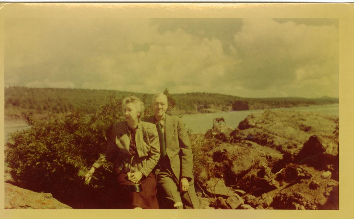 Burt Knatvold og kona sitter ved Lake Superior i 1948.