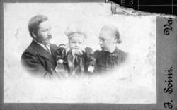 Familieportrett av skreddermester Emil Halto med kona Hilda