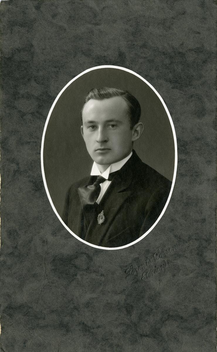 Portrett av Ivar Islandsmoen. Bildet er tatt ca 1924.