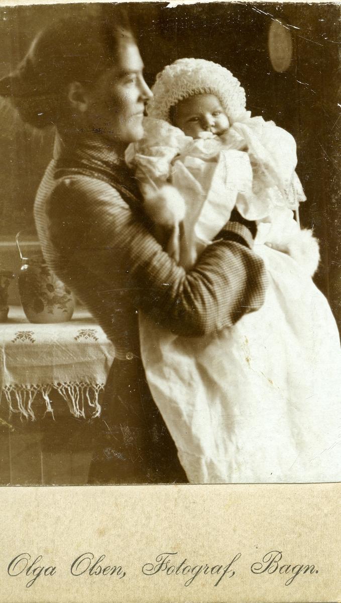 Berte Marie Olsdatter Grøv sammen med sin datter Ingebjørg Islandsmoen. Kone og datter til Hans Islandsmoen. Bildet er tatt 1905.