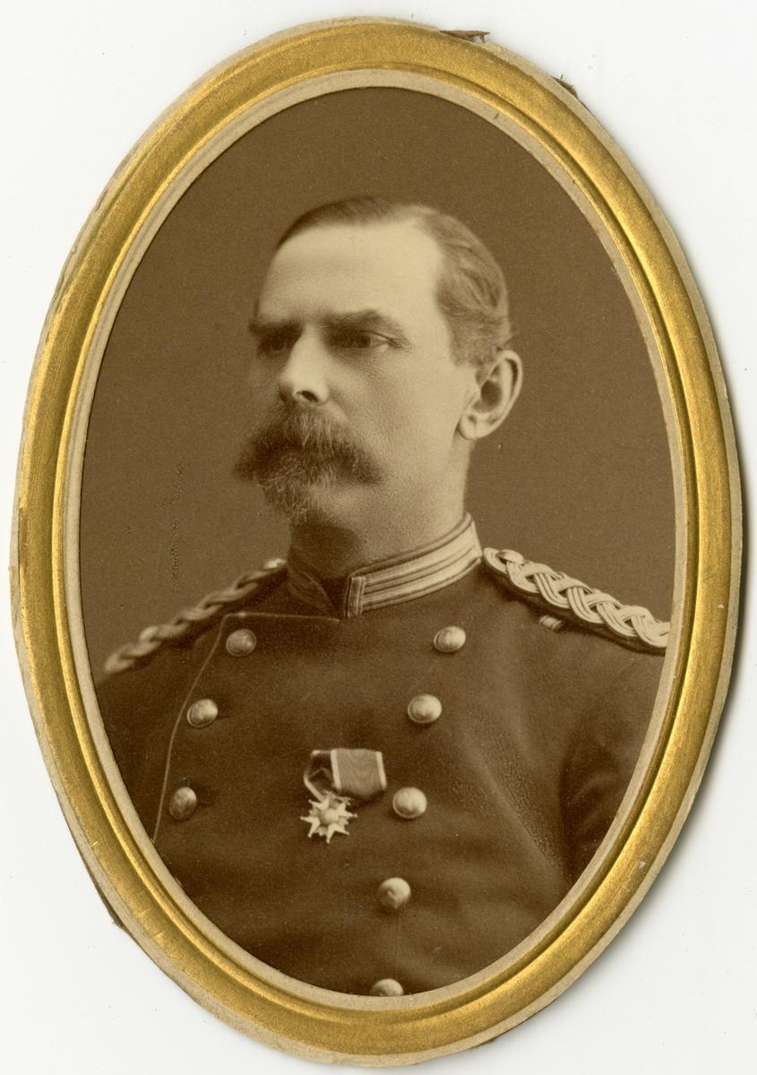 Porträtt av Gustaf Henric Elis Montell, major vid Södra skånska infanteriregementet I 25.  Se även bild AMA.0009360.