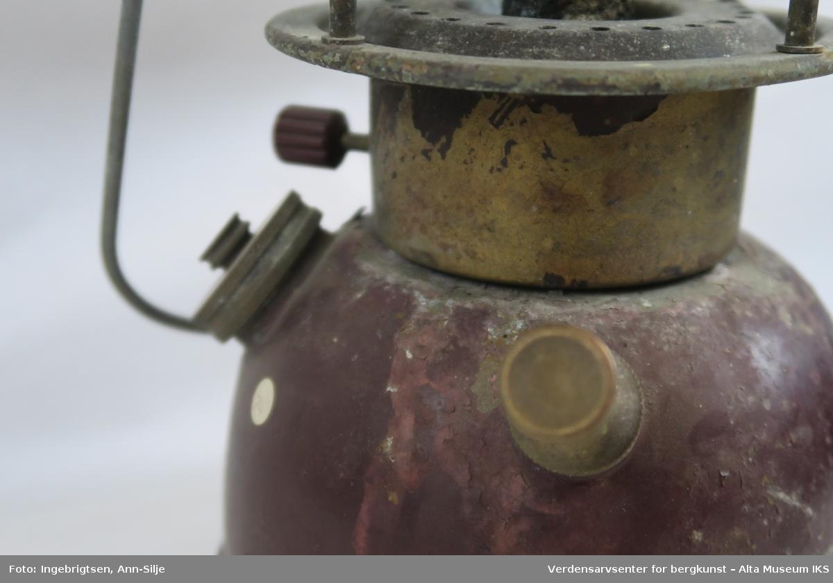 Lampen har en drivstoffbeholder med fyllåpning med skrulokk og en pumpe. Den brukes til å skape trykk i beholderen som så presser drivstoffet gjennom forgasseren slik at den fordampes og forbrennes i en glødestrømpe. I tillegg befinner det seg et hjul på motsatt side som regulerer strømingsmengden av drivstoffet. Der lyset oppstår mangler det et sylindrisk glass.