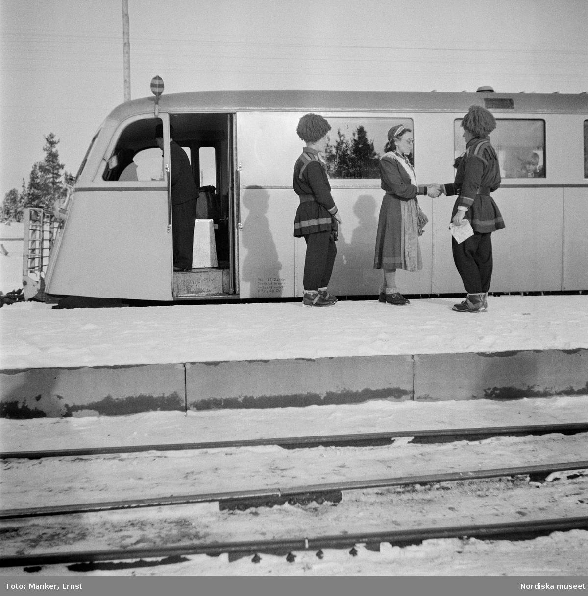 Några samiska ungdomar vid avresan med rälsbuss efter invigningen av Samernas folkhögskola. Jokkmokk under Nordiska museets Lappmarksundersökning.