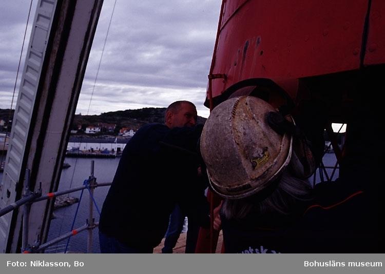 Fyren Pater Noster har transporterats till Rönnäng i juli 2002