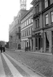 Vasagatan västerut. Efter de två närmaste husen (numera Folk