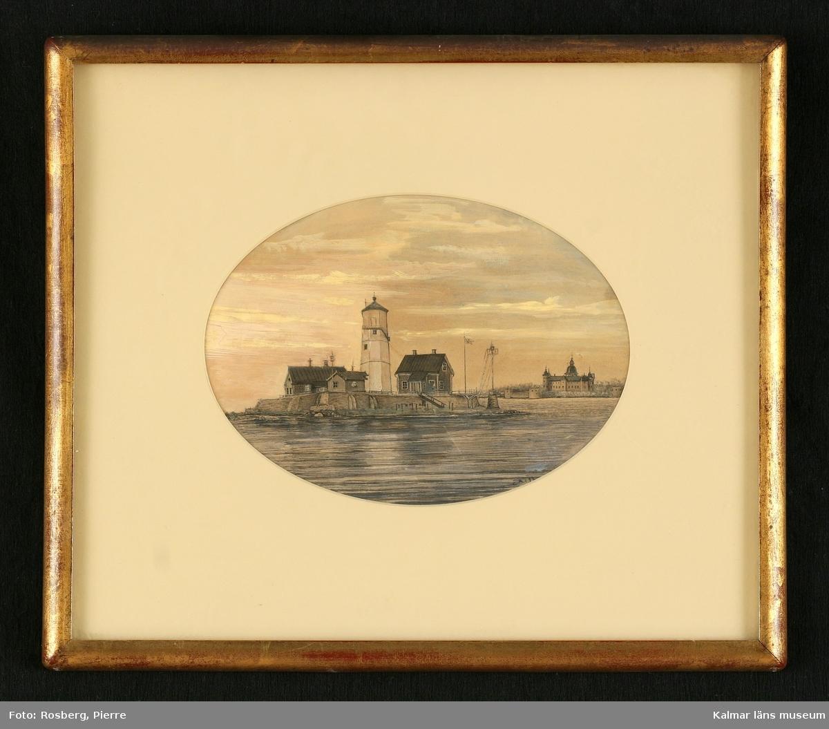 Motiv med Grimskär samt Kalmar slott i bakgrunden. Flera byggnader på ön samt fyr.