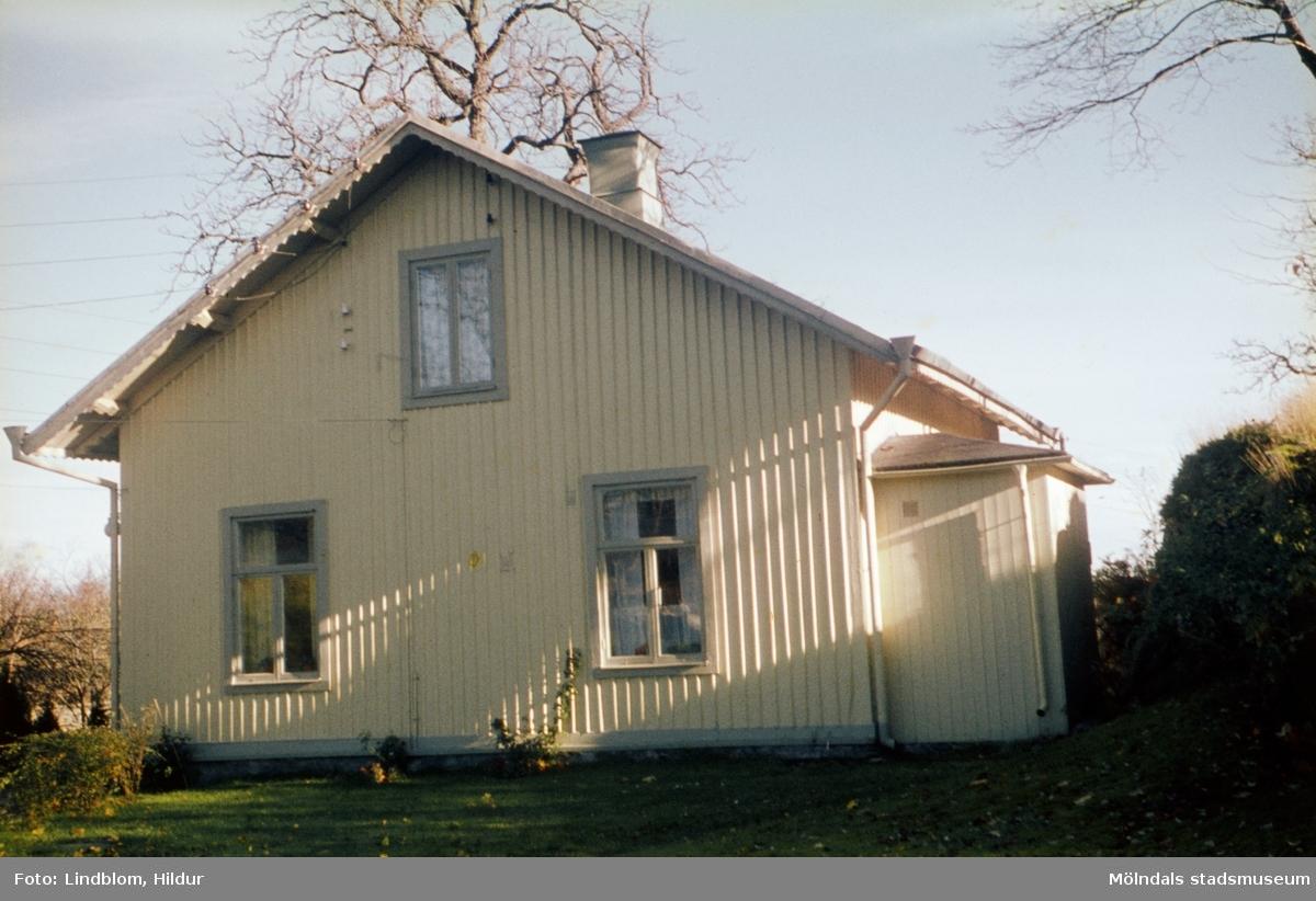 Vaktmästarbostaden, tidigare trädgårdsmästarbostaden, tillhörande Gunnebo slott. Mölndal, 1960-1970-tal. Fotografens far arbetade här.  För mer information om bilden se under tilläggsinformation.