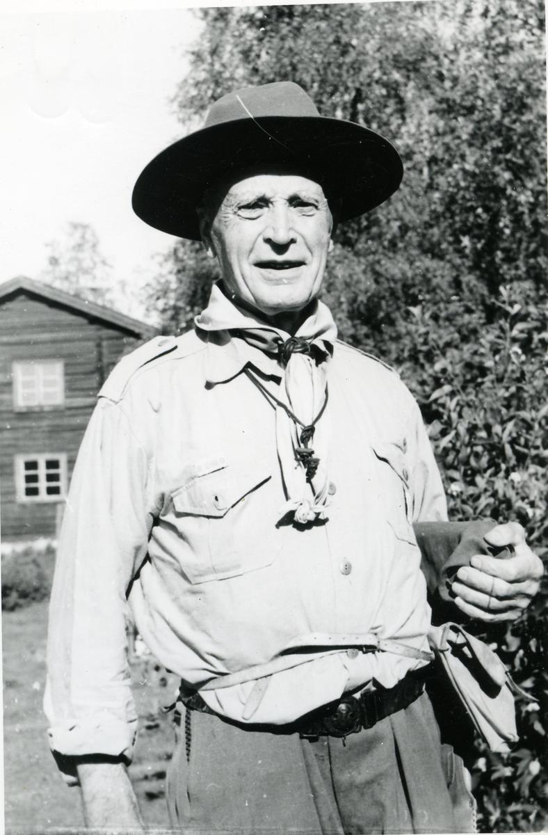 Portrett av Eyvind Knutsen iført speideruniform.