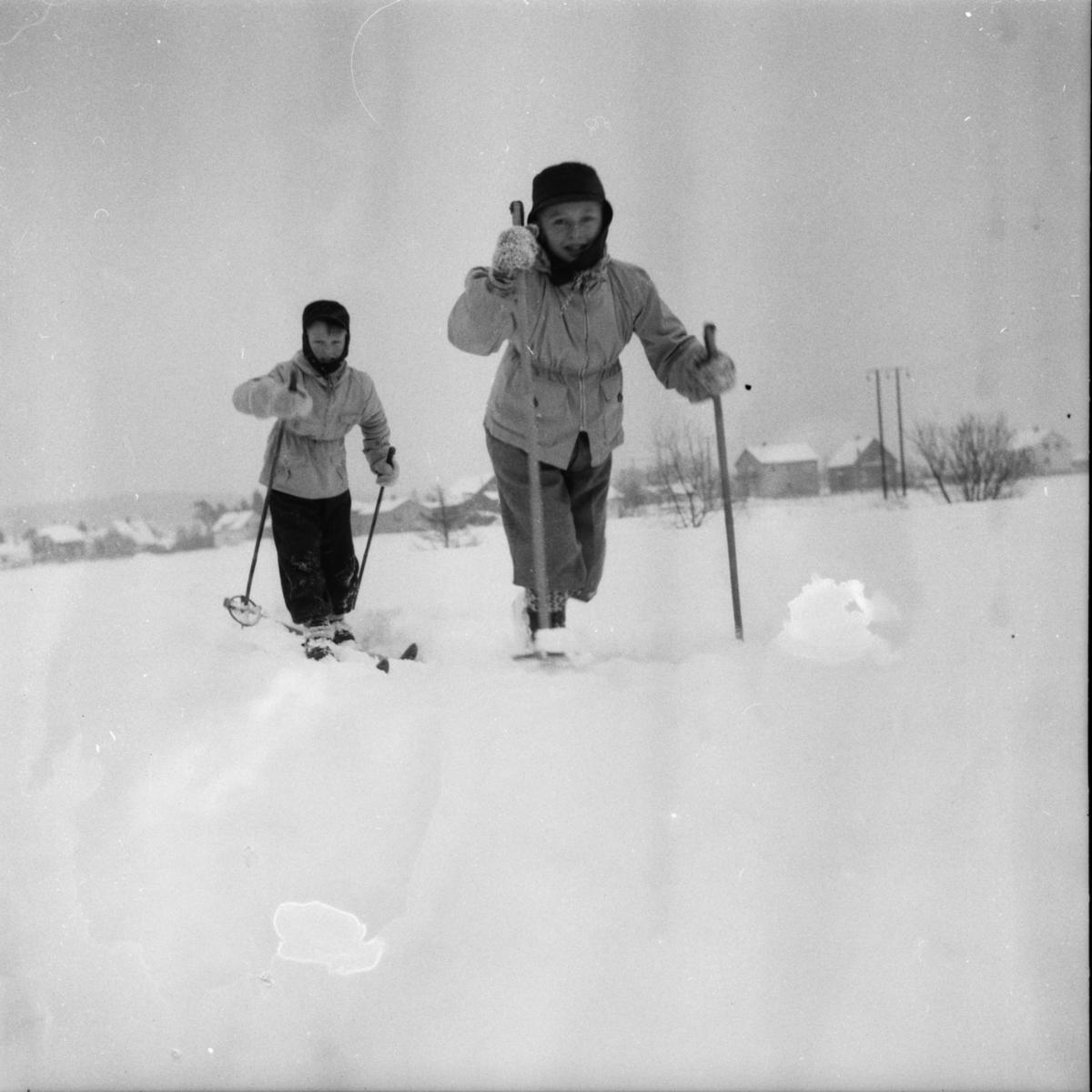 "Vardens arkiv. ""To unge skiløpere. Svein og Sten""  21.02.1954"